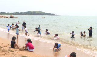 200806映像スケッチ 園児が海遊び_10001804